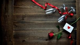 一輪の赤い薔薇とメッセージカードとシャンパングラスの写真素材 [FYI01231684]