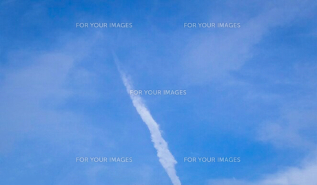 縦に伸びる雲(地震があった日の雲)の写真素材 [FYI01231917]