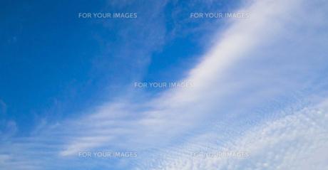 青空と白い雲(地震があった日の雲)の写真素材 [FYI01231918]