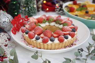 クリスマス~ベリーのリースタルトの写真素材 [FYI01232006]