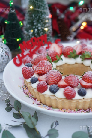 クリスマス~ベリーのリースタルトの写真素材 [FYI01232009]