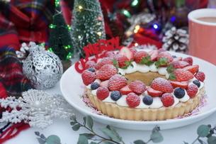 クリスマス~ベリーのリースタルトの写真素材 [FYI01232010]