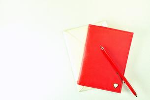 赤い手帳と赤いペンの写真素材 [FYI01232097]