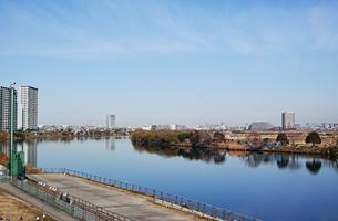 川崎市から見た多摩川と対岸の風景の写真素材 [FYI01232104]