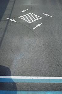 道路交差点中央のゼブラゾーンと自転車専用通行帯の写真素材 [FYI01232108]