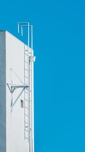 夏色の空と梯子の写真素材 [FYI01232223]