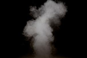 黒背景の煙の写真素材 [FYI01232227]