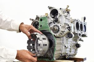 大型バイクエンジンの整備の写真素材 [FYI01232255]