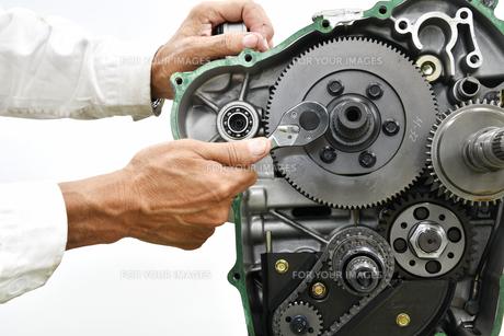 大型バイクエンジンの整備の写真素材 [FYI01232256]