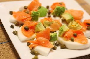 日本のカブを使った料理 スモークサーモンとアボカドのせカナッペ ケッパー添えの写真素材 [FYI01232320]
