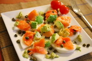 日本のカブを使った料理 スモークサーモンとアボカドのせカナッペ ケッパー添えの写真素材 [FYI01232322]