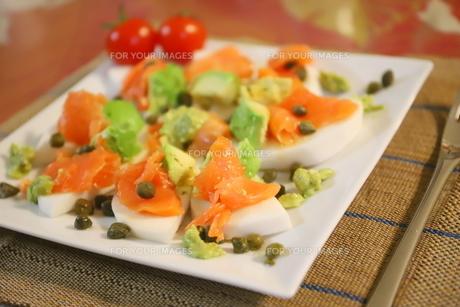 日本のカブを使った料理 スモークサーモンとアボカドのせカナッペ ケッパー添えの写真素材 [FYI01232326]