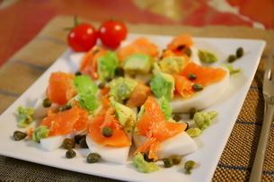 日本のカブを使った料理 スモークサーモンとアボカドのせカナッペ ケッパー添えの写真素材 [FYI01232327]
