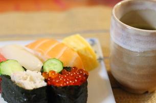 日本食のお寿司 白い皿に乗ったイクラ、生エビ、カニ、サーモン、ホタテ、イカとマグロの鮮魚の写真素材 [FYI01232329]