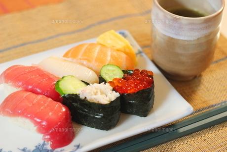 日本食のお寿司 白い皿に乗ったイクラ、生エビ、カニ、サーモン、ホタテ、イカとマグロの鮮魚の写真素材 [FYI01232331]
