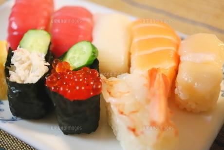 日本食のお寿司 白い皿に乗ったイクラ、生エビ、カニ、サーモン、ホタテ、イカとマグロの鮮魚の写真素材 [FYI01232336]