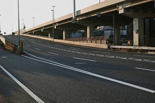 首都高速横羽線と同じ高さまで登る産業道路のスロープの写真素材 [FYI01232367]