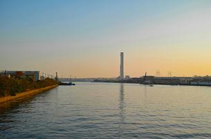 鶴見川の夕景の写真素材 [FYI01232369]