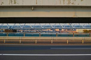 道路の間に見える町の写真素材 [FYI01232370]