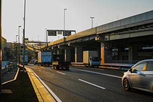 夕方の産業道路と首都高速神奈川1号横羽線の写真素材 [FYI01232372]