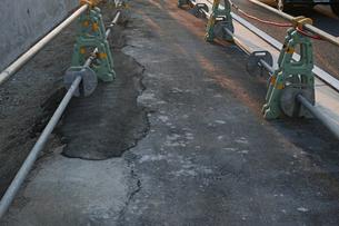 工事中のアスファルト歩道の写真素材 [FYI01232373]