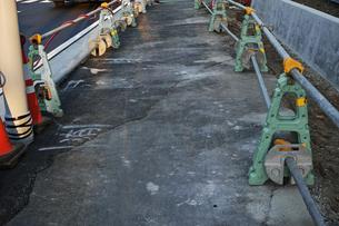 工事中のアスファルト歩道の写真素材 [FYI01232374]