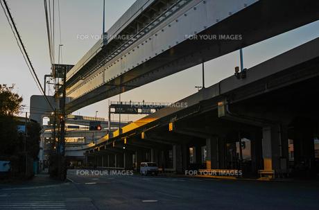 夕方の産業道路と首都高速神奈川1号横羽線の写真素材 [FYI01232375]