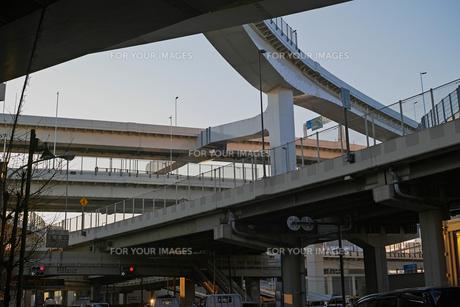 夕方の首都高速神奈川1号横羽線の生麦ジャンクションの写真素材 [FYI01232376]