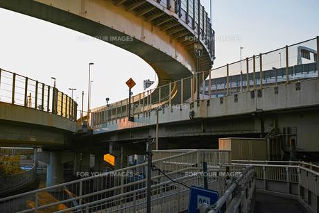 夕方の首都高速神奈川1号横羽線の生麦ジャンクションの写真素材 [FYI01232378]