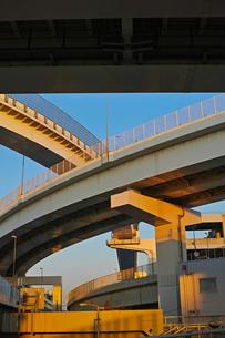 夕方の首都高速神奈川1号横羽線の生麦ジャンクションの写真素材 [FYI01232379]