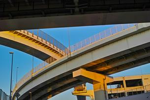夕方の首都高速神奈川1号横羽線の生麦ジャンクションの写真素材 [FYI01232380]