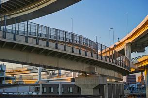 夕方の首都高速神奈川1号横羽線の生麦ジャンクションの写真素材 [FYI01232381]