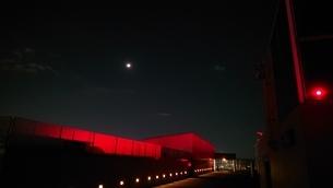 夜と月と赤の写真素材 [FYI01232401]