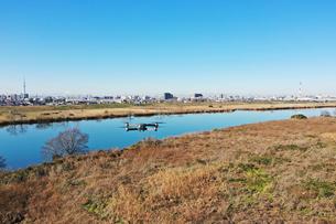 江戸川を飛ぶドローンの写真素材 [FYI01232570]