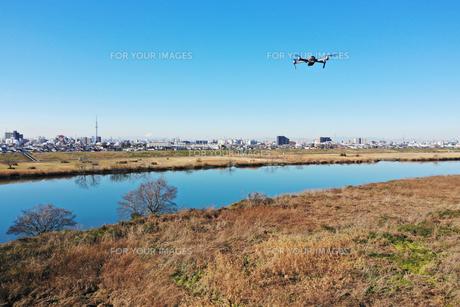 江戸川を飛ぶドローンの写真素材 [FYI01232571]