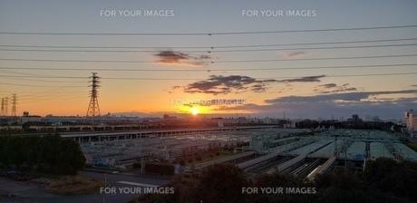 荒川の土手から見た初日の出の写真素材 [FYI01232572]