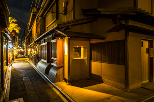 京都先斗町の街並みの写真素材 [FYI01232727]