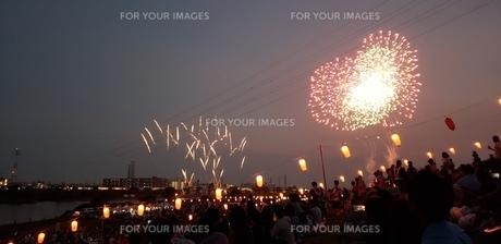 夕焼け空に打ち上げる花火の写真素材 [FYI01232731]
