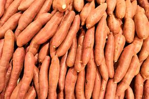 山盛りのサツマイモの写真素材 [FYI01232815]