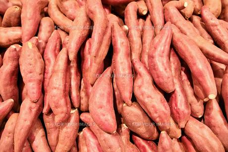 山盛りのサツマイモの写真素材 [FYI01232816]