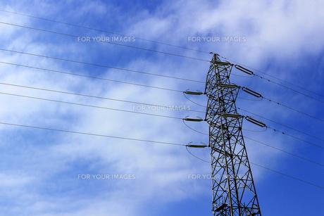 送電線を支える大きな鉄塔の写真素材 [FYI01232861]