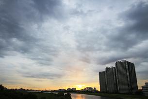 傾いた日差しの中で輝く穏やかで静かな川の眺めの写真素材 [FYI01232868]