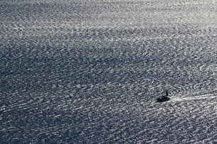 広大な海と漁船の写真素材 [FYI01232874]