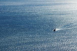 広大な海と漁船の写真素材 [FYI01232876]