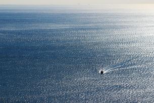 広大な海と漁船の写真素材 [FYI01232879]