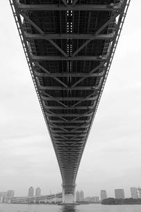 下から見た東京湾レインボーブリッジの写真素材 [FYI01232897]