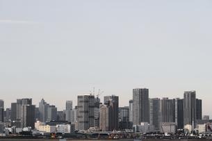 東京のウォーターフロントに建つ高層マンションの風景の写真素材 [FYI01232921]