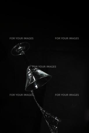 落下するカクテルグラスの写真素材 [FYI01232962]