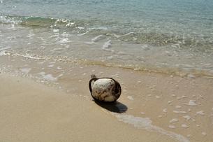 宮古島/冬のビーチの波打ち際の写真素材 [FYI01232969]