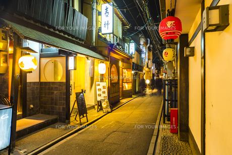 京都先斗町の街並みの写真素材 [FYI01232998]